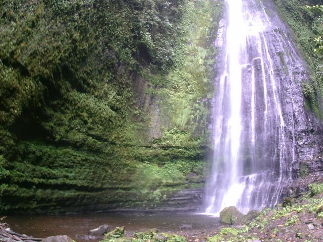 Berbicara destinasi wisata air terjun Malalak Agam Sumatera Barat, tak ada salahnya melihat air terjun Batang Marambuang. Sebuah destinasi alam dengan pesona indahnya yang masih asri dan menarik untuk dikunjungi. Malalak sendiri merupakan salah satu kecamatan yang berada di dalam wilayah kabupaten Agam Provinsi Sumatera Barat. Selain itu Kecamatan ini juga merupakan sebuah kecamatan termuda yang ada di kabupaten ini. Meskipun begitu wilayah kecamatan ini mempunyai segudang kapasitas sebagai destinasi wisata yang menarik. Kapasitas destinasi wisata menarik juga ditandai dengan adanya potensi wisata alam air. Banyaknya air terjun yang melimpah di kecamatan ini kerap juga dimanfaatkan oleh masyarakat lokal sebagai Pembangkit Listrik Tenaga Air Mini. Ada banyak potensi dengan lebih kurang 17 destinasi wisata air dimana dari sebagian itu semua di kelola swadaya oleh masyarakat lokal. Salah satu yang menarik dan saya kunjungi adalah Air Terjun Batang Marambuang dengan pesona dan adanya pedang menancap ke bumi. Mengunjungi Air Terjun Malalak, Air Terjun Batang Marambuang. Berangkat dari kota Pekanbaru menggunakan sepeda motor bersama 2 orang teman dari Komunitas Kaskus Regional Riau Raya langsung menuju kampung saya yang notabene masih disatu kabupaten dengan Malalak, yaitu di Kecamatan Matur. Dari kampung saya sendiri untuk bisa sampai di Kecamatan Malalak berjarak 30 menit dengan memakai sepeda motor. Pada awalnya kami memang merencanakan untuk ke destinasi wisata Air Terjun Langkuik Tamiang di Malalak, tetapi setiba di lokasi ternyata sedang ditutup karena ada musibah banjir bandang yang memakan korban. Karena di luar rencana, kami pun menelusuru jalan sepanjang di daerah ini. Setelah banyak melewati destinasi lokal, saya akhirnya melihat sebuah spanduk yang menunjukan sebuah tempat wisata alam dengan background gerojokan dan sebuah tugu pisau menancap serta bertuliskan Air Terjun Batang Marambuang. Kami pun langsung menelusuri dan menuju lokasi wisata tersebut. Sebuah 