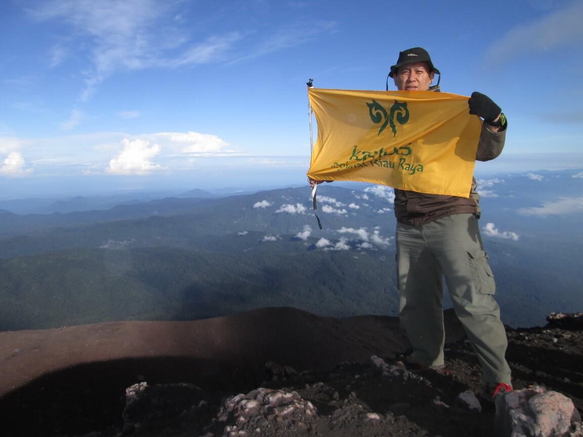 dengan bendera R3 di puncak Gunung Kerinci